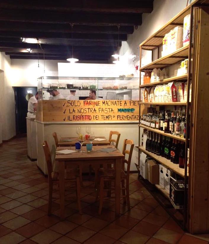 Pizzeria Grigoris, il tavolo accanto al forno