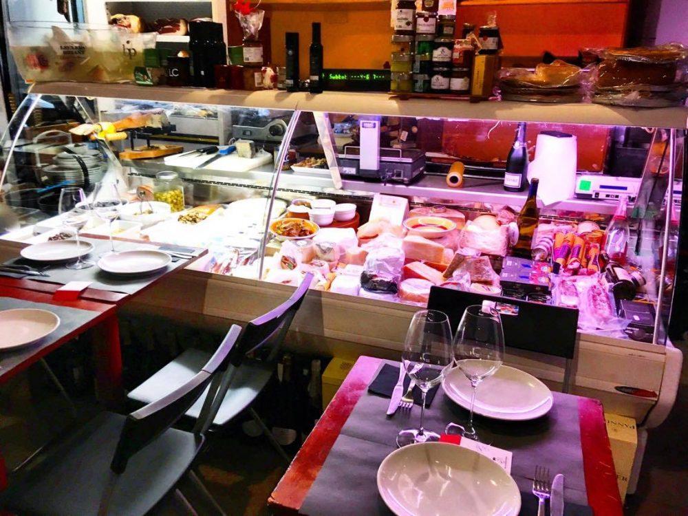Salsamenteria, il banco e i tavoli