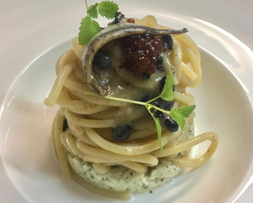 Spaghettone Vicidomini al mirto con colatura di alici su fonduta di mozzarella nella mortella