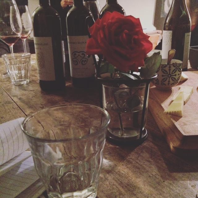 Una rosa sul tavolo presso Azienda Agricola Pietro Rinaldi