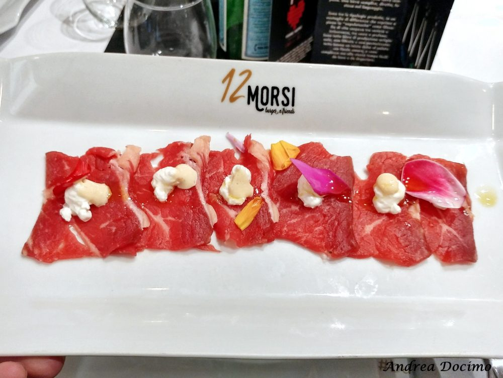 12 Morsi in via Alabardieri a Napoli. 'Sashimi' di manzetta prussiana, formaggio Canapaccio di Casa Turillo e maionese al miso d'orzo