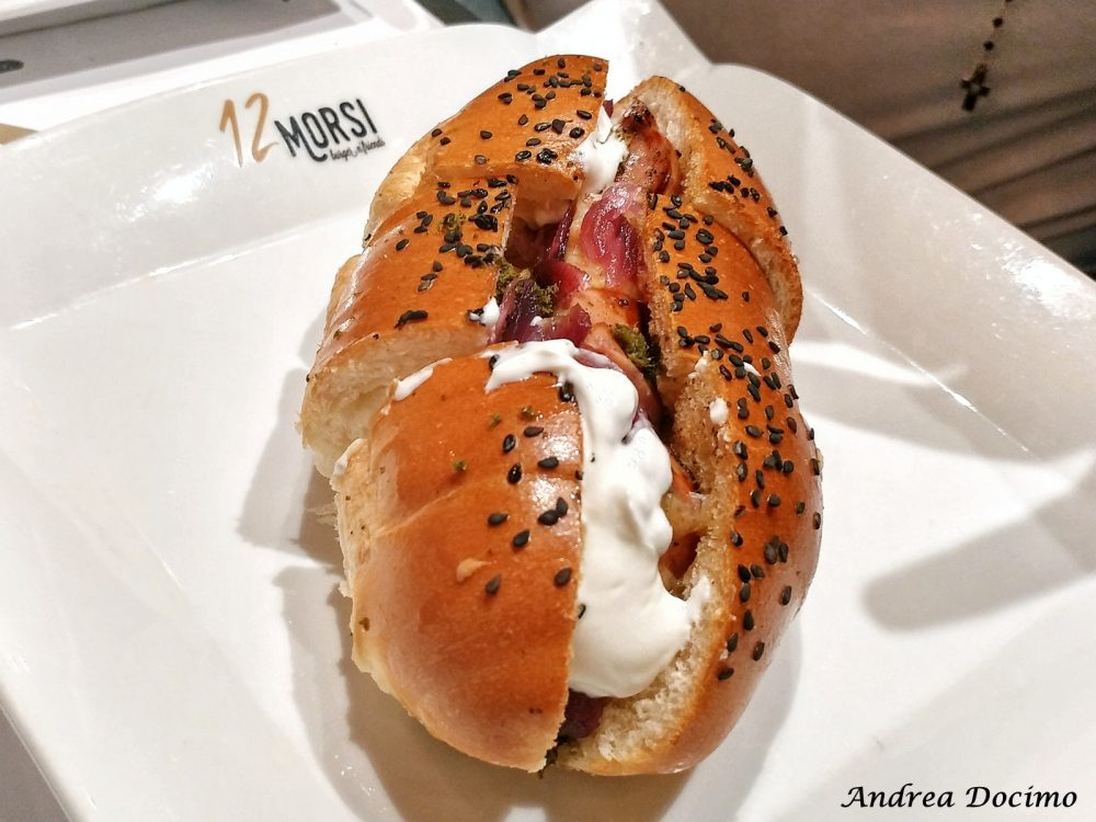 12 Morsi in via Alabardieri a Napoli. L'HOT DOG GOURMET