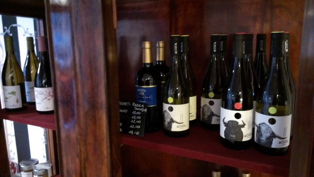 Forno del Mastro a Monza Brianza – la credenza con i vini e le birre artigianali