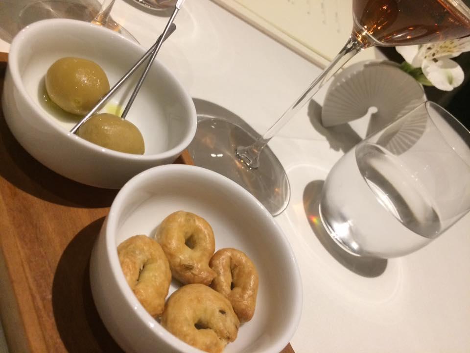Abbruzzino, aperitivo, finte olive con baccala e tarallini