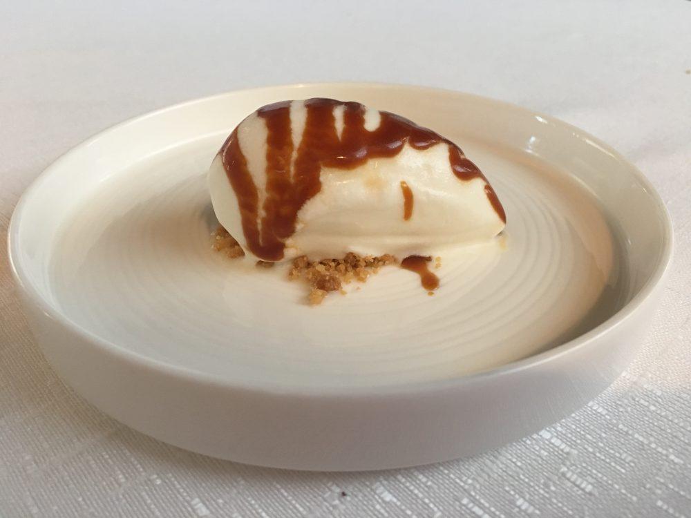 Arbustico - Gelato al latte di capra e miele con salsa al caramello