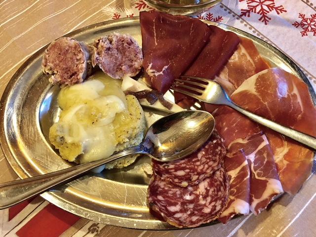Bell'Om, salumi misti, salame cotto e polenta con formaggio fuso