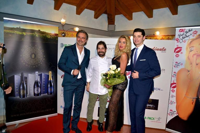 Cristian Torsiello con Beppe Convertini, Valeria Marini e Gianluca Prandelli, titolare de La Scuderia di Erbusco - foto di Luigi Savino