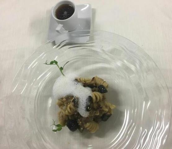 Doppio - Fusillone con ragu' bianco di cinghiale profumato al Lapsang Tea con finferli e mandorle