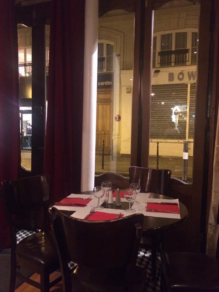 Gai Moulin Bistro, il tavolo all'ingresso