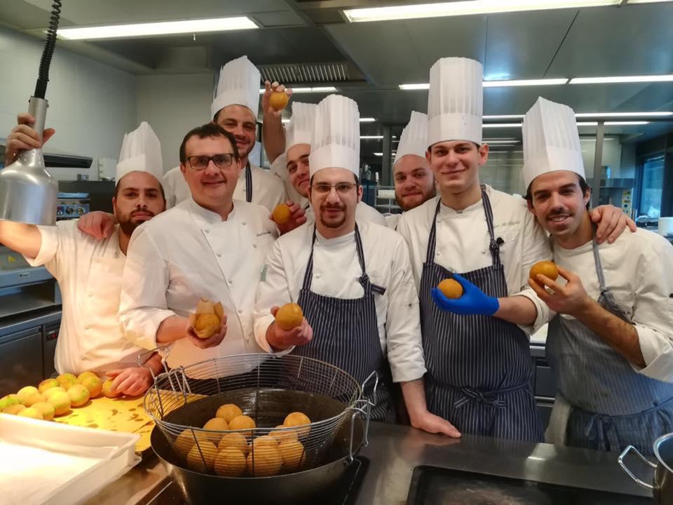 Paolo Barrale con le arancine e la sua brigata