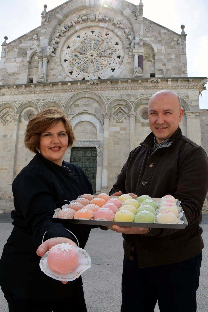 """Troia (FG) la pasticceria Casoli dove si vende il dolce di ricotta """"La Passionata"""" nella foto Nicola Mecca e Lucia Casoli davanti alla cattedrale di Troia"""