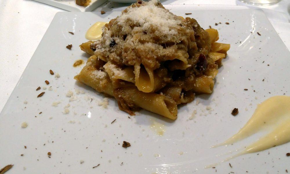 Riccio's - candela spezzata a mano con genovese, salsa di parmigiano e sentori di cannella