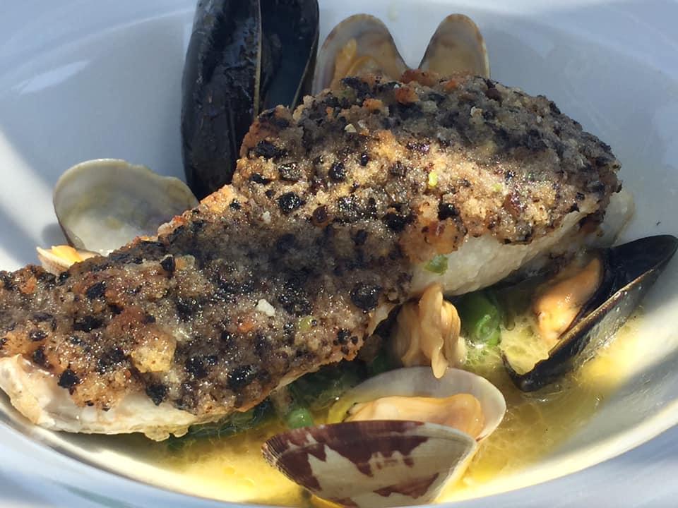 La taverna del mozzo, filetto di ricciola in crosta di olive su zuppetta di fagiolini e frutti di mare