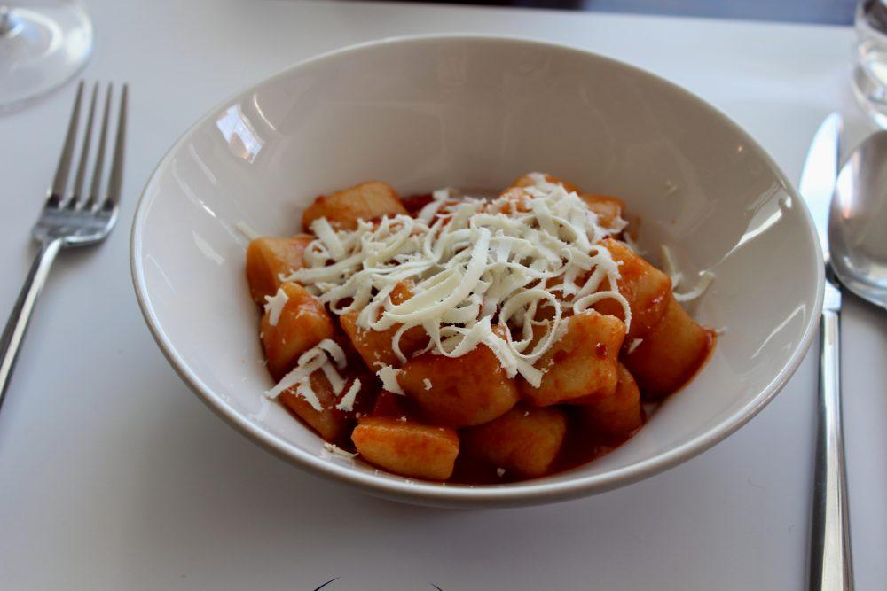 Spazio Zero Rivisondoli AQ - Gnocchi di patate con pomodoro arrosto e ricotta scorza nera