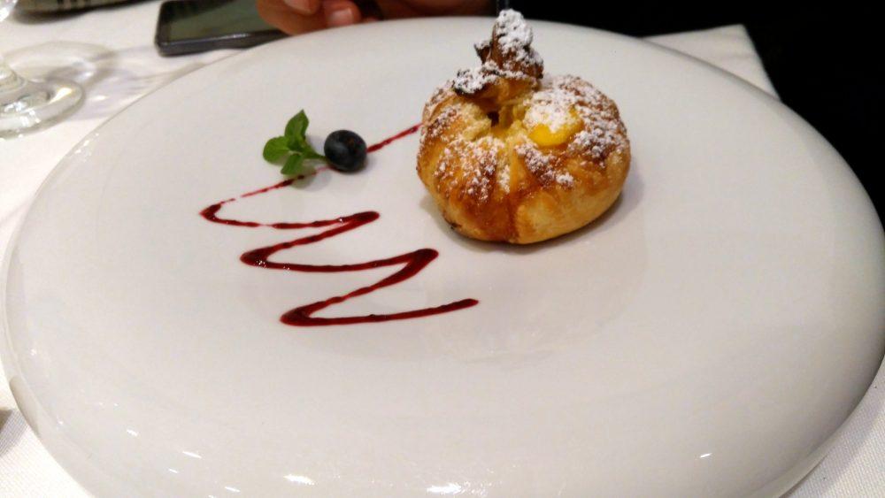 Riccio's - fagottino caldo di pasta sfoglia, crema, mela annurca e uva passa