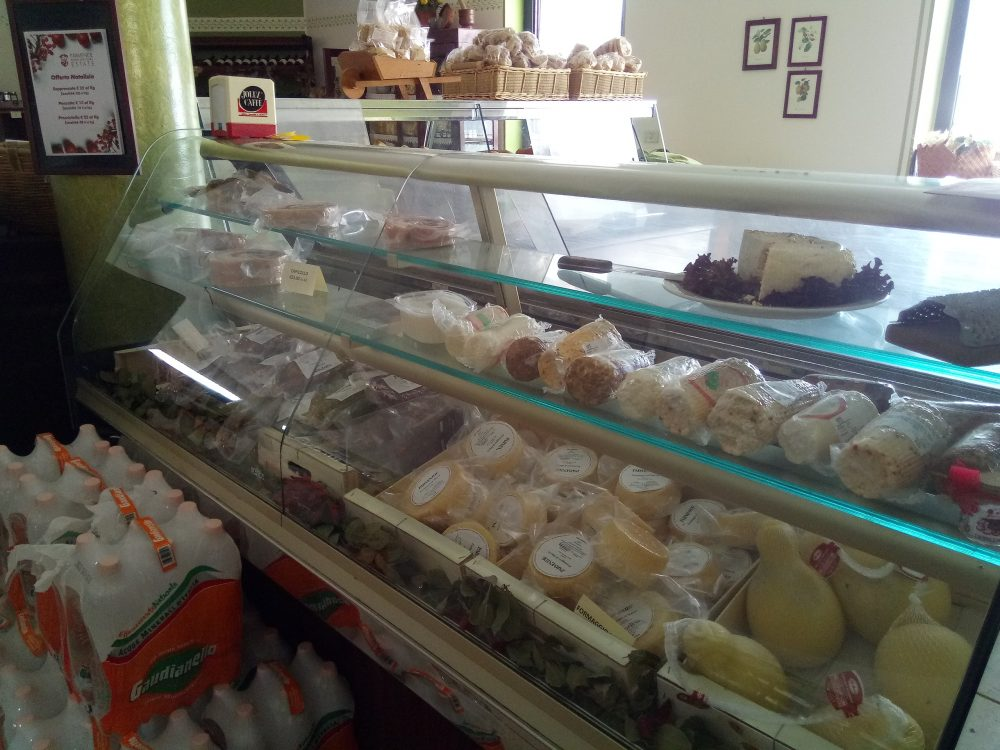 Azienda Agrituristica Parmenide Banco dei salumi e formaggi