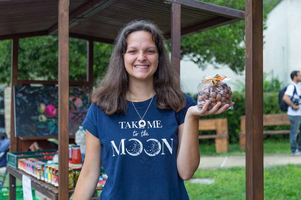 Iolanda produce nocciole a Marano