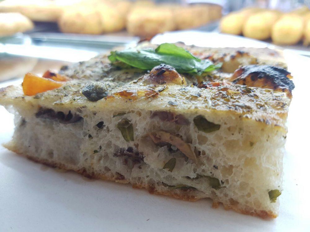 Pizzeria Arte Bianca - Focaccia Olive, noci ed erbe aromatiche