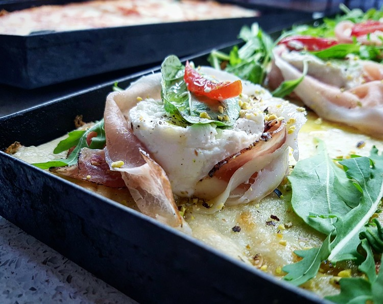 Pizzeria Arte Bianca - Focaccia Prosciutto crudo, mozzarella, rucola fresca e granella di pistacchi