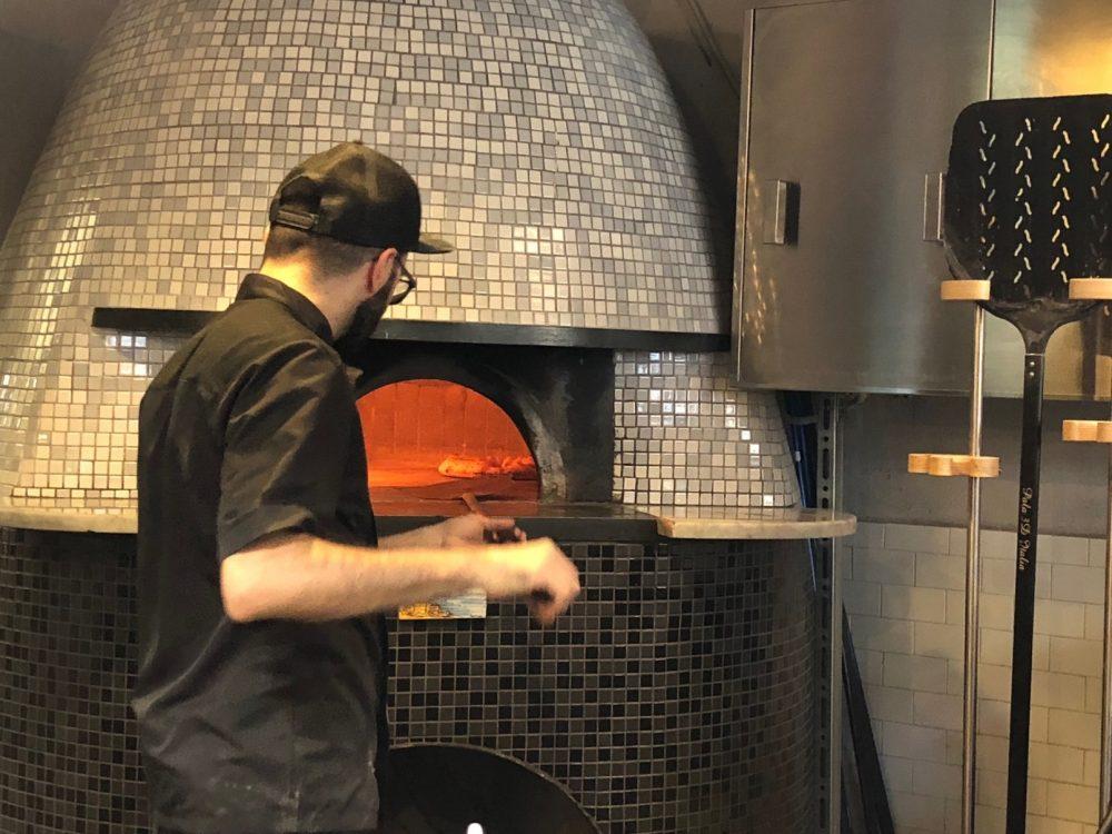 Pizzeria P, qui si lavora...