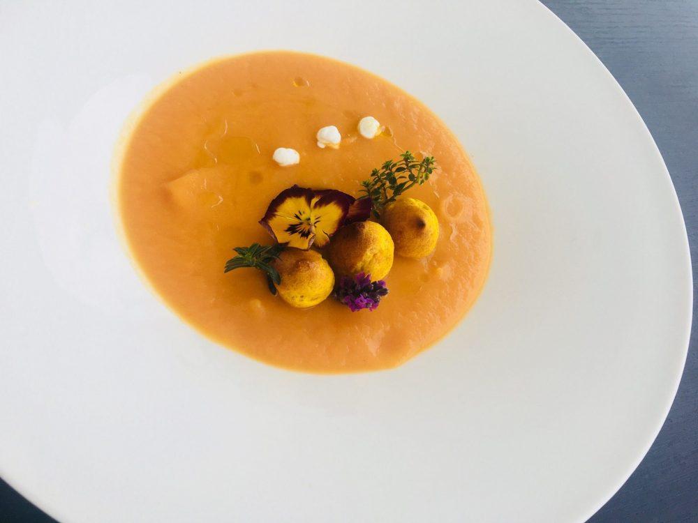 Vellutata di carote al timo con bigne' di curcuma e yogurt greco