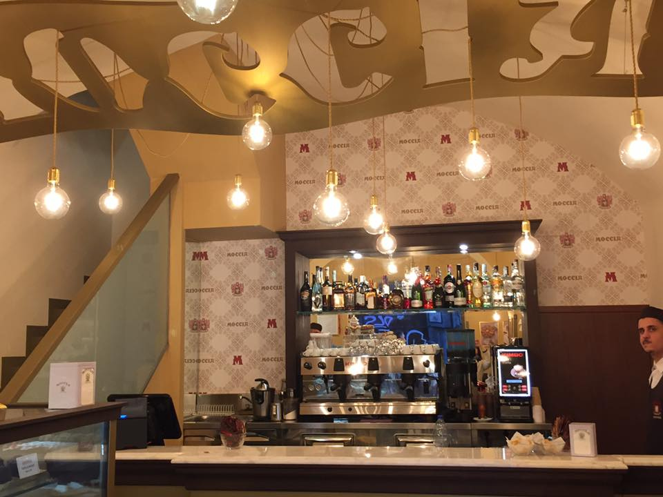Moccia, il banco del bar