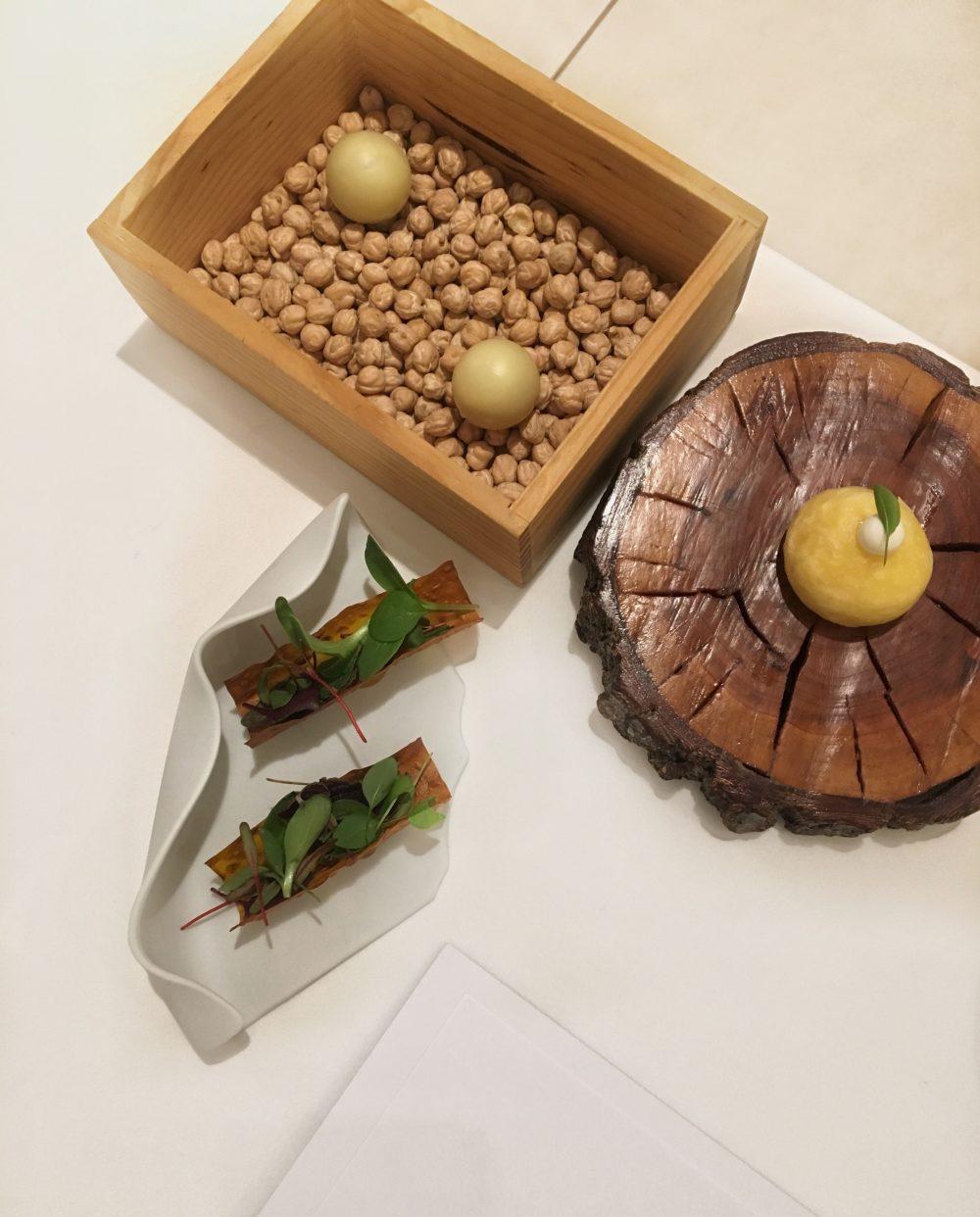 Quintessenza - Perla al burro di cacao e melanzana affumicata, panino al vapore e maionese di ostriche, cialda di carote misticanza e gel al frutto della passione