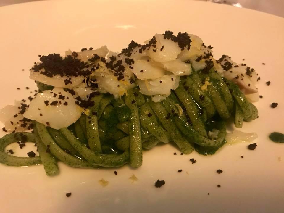 Locanda del Borgo Aquapetra, spaghetti al prezzomolo con baccala'e polvere di olive