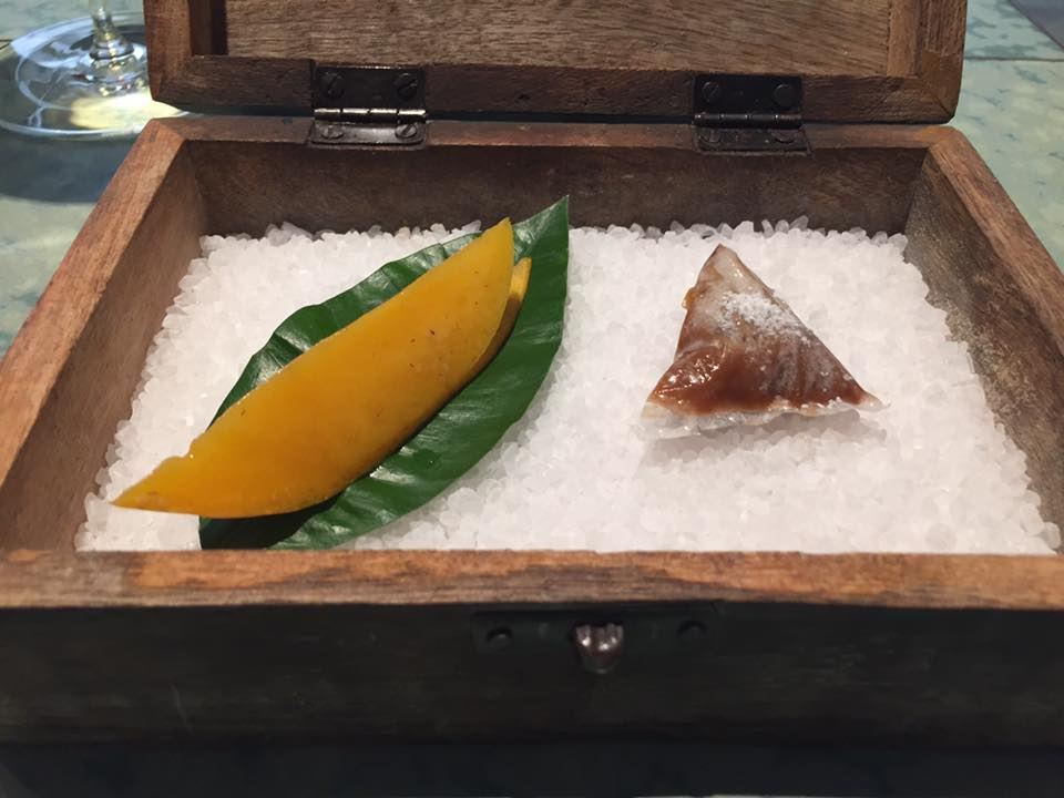 Disfrutar, caramella salata di noci con mango al whisky
