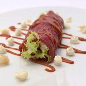 Braciola di manzo crudo con scarola riccia, salsa al pecorino e ragu'
