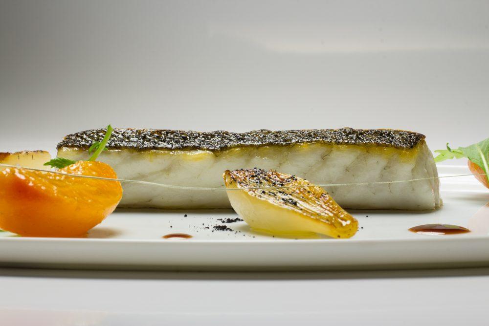 Enoteca Pinchiorri_Filetto di branzino arrosto, cipollotto al cartoccio e albicocche al vino bianco_Foto Credit Studio Quagli