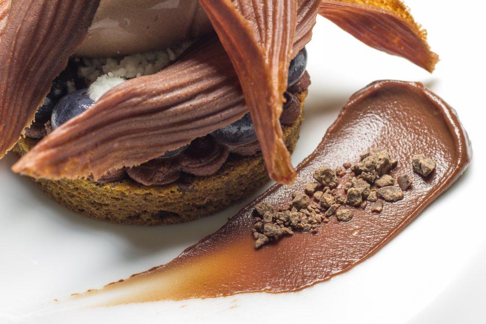 Enoteca Pinchiorri, Foglie di cioccolato amaro, mirtilli, olio extravergine d'oliva e pinoli_Foto Credit Studio Quagli