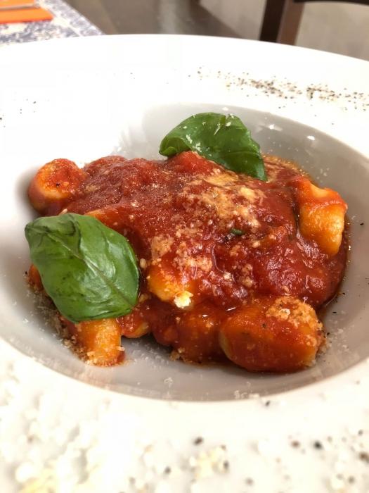 Gnocchi di ricotta di bufala e basilico fritto al ragu' classico napoletano