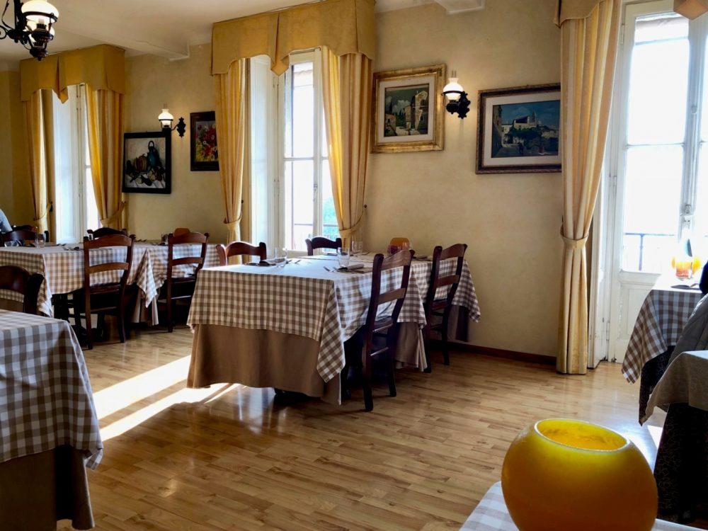 La Piazzetta, la sala, uno scorcio tra luci ed ombre - davvero relative -