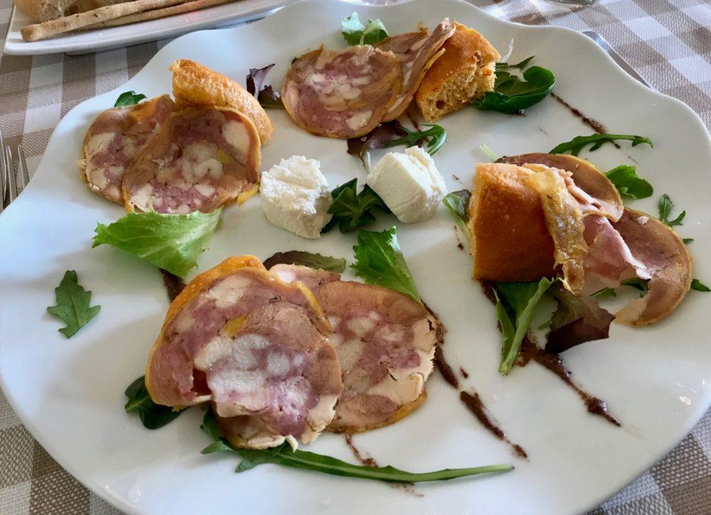 La Piazzetta, prosciutto di faraona e salsiccia con focaccia di poodori secchi e salsa d'olive