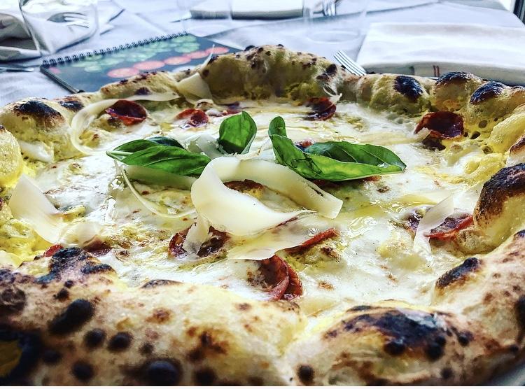 La Rosa, Pizza Elite, farcita con provola affumicata di Agerola, zafferano, salame di maiale nero casertano e scaglie di provolone del monaco