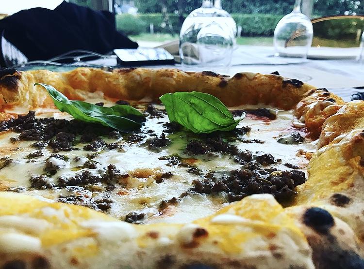La Rosa, Pizza Saporita con fior di latte di Agerola, crema di zucca, battuto di chianina e fonduta di quadrello