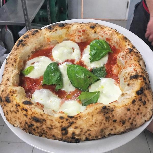 La pizza margherita di Sasa' Martucci della pizzeria I Masanielli