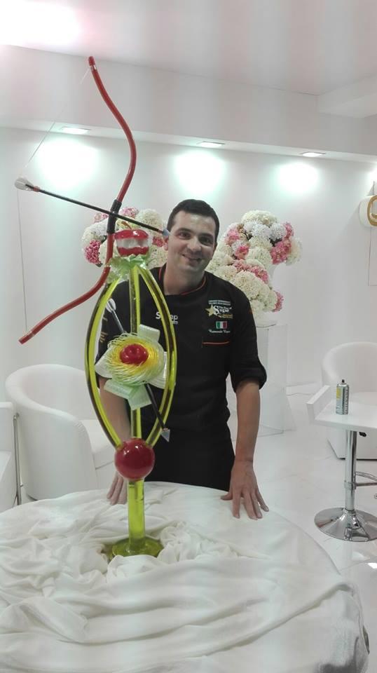 Raimondo Esposito - Raimondo con una delle sue tante opere di zucchero