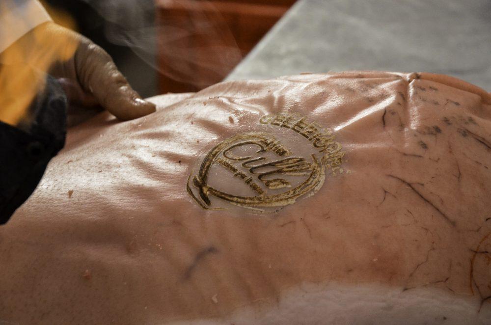 Sabatino Cillo - la marcatura del prosciutto appena sezionato e pulito