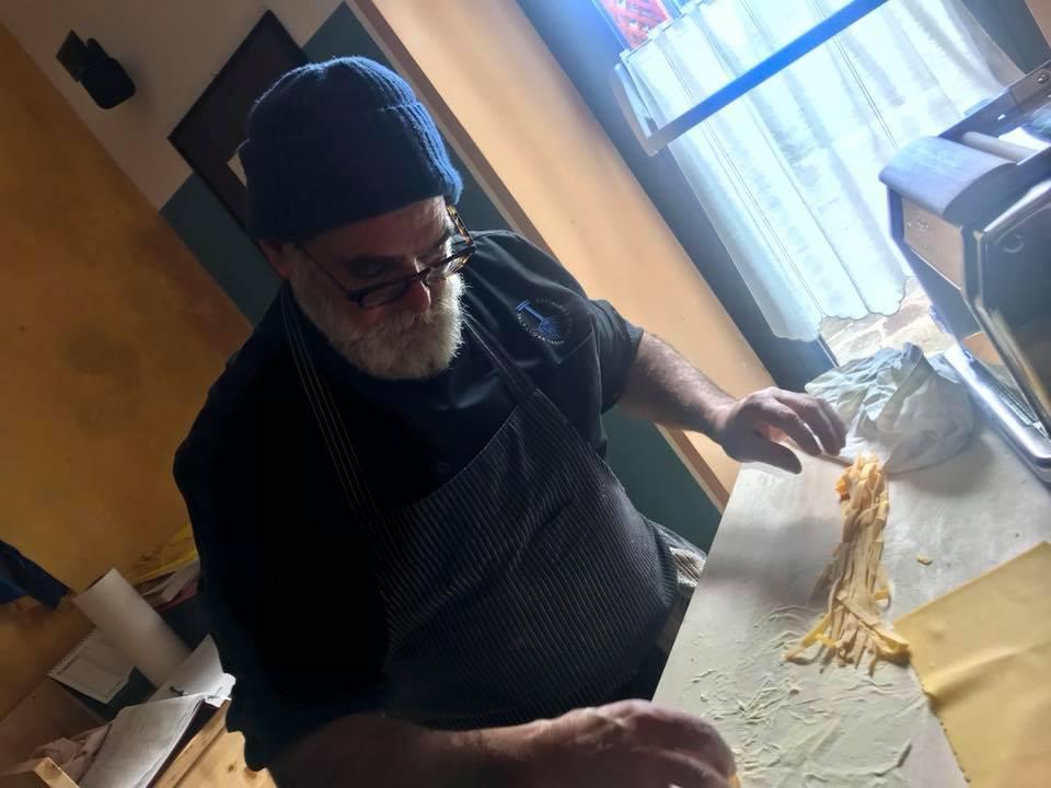 Salvatore Tassa prepara le fettuccine