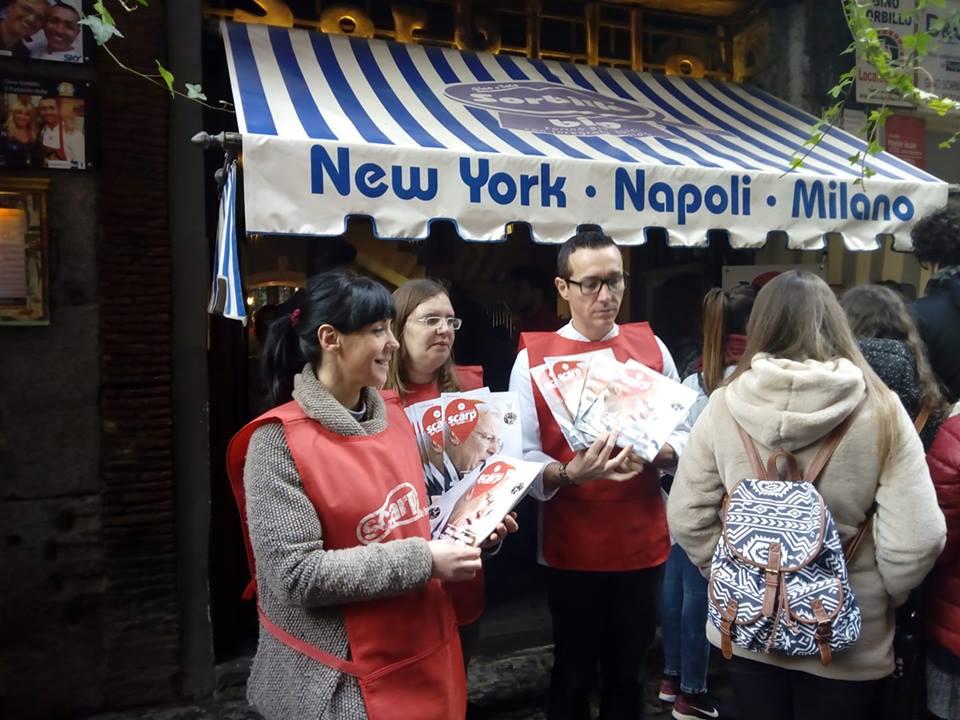 Gino Sorbillo venditore per un giorno di Scarp de' tenis, davanti alla pizzeria