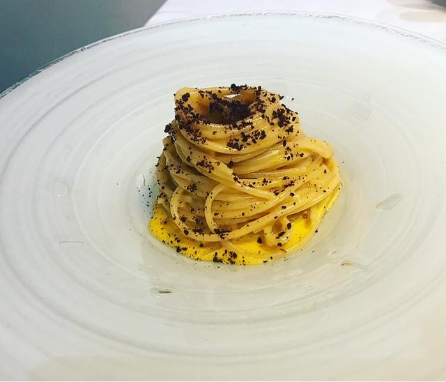 Il Clanio - Spaghetti ai ricci di mare, zabaglione all'umami con cottura inversa dell'uovo e fave al cioccolato