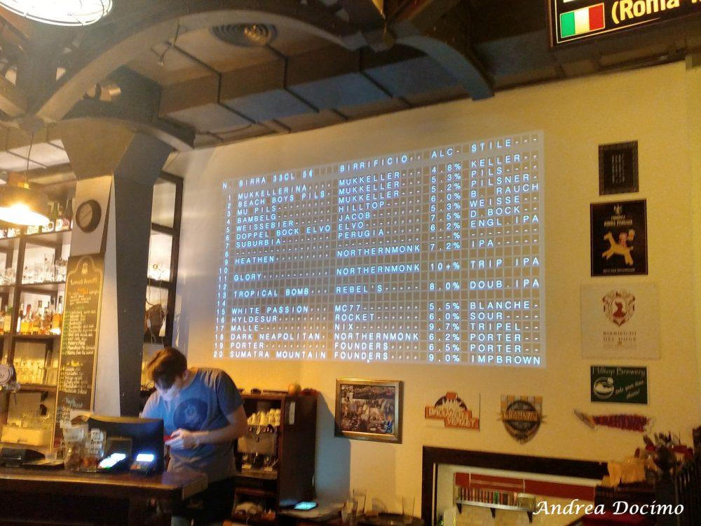 Luppolo Station a Roma. Il tabellone con le spine