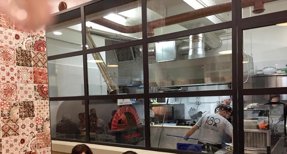 Pizza Romana 180g, la vetrata su cucina e forno