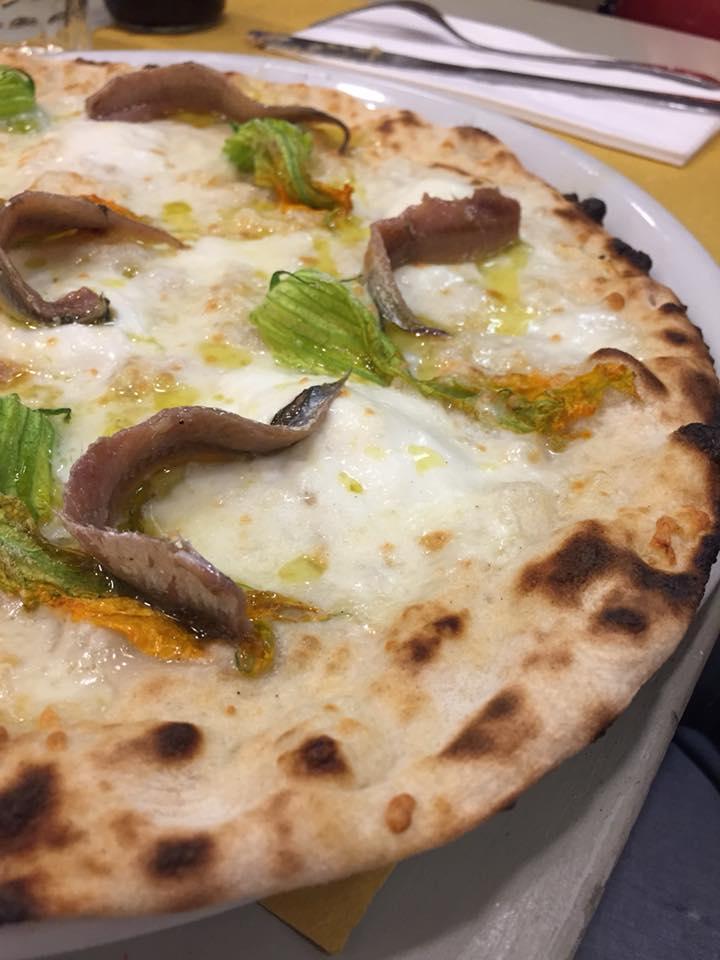 Pizza Romana 180g, zoom su fiori e alici