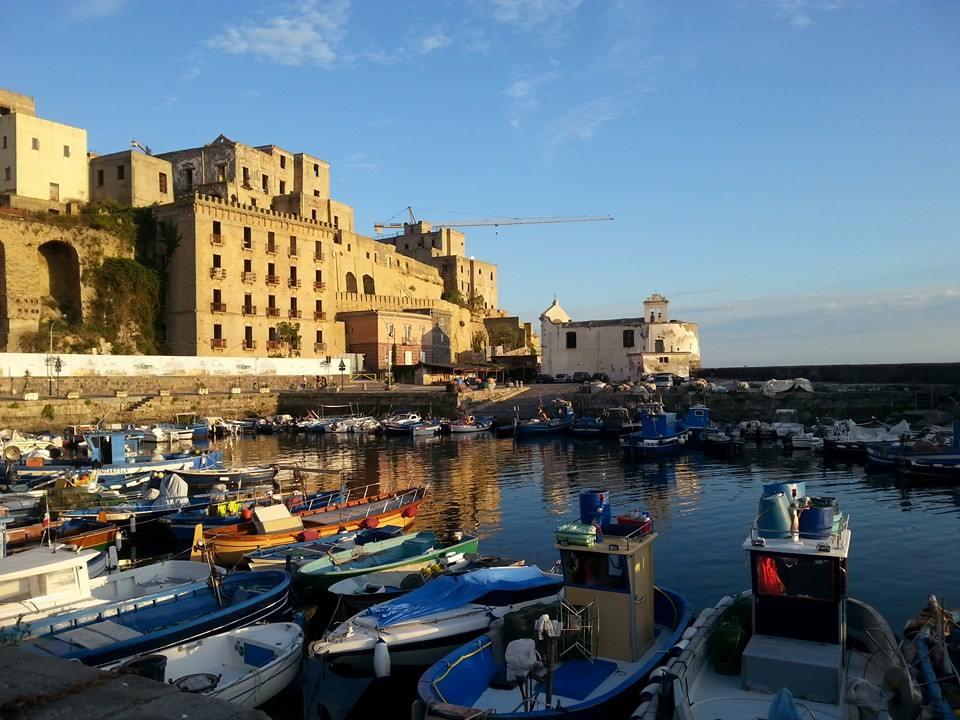 Pozzuoli, Darsena dei pescatori e Rione Terra