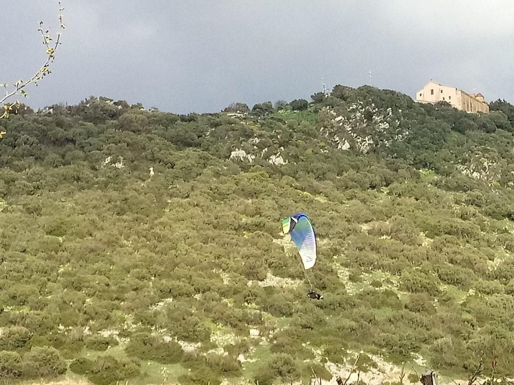 Santuario del Granato e paracadutista sopra il Ristorante le Trabe