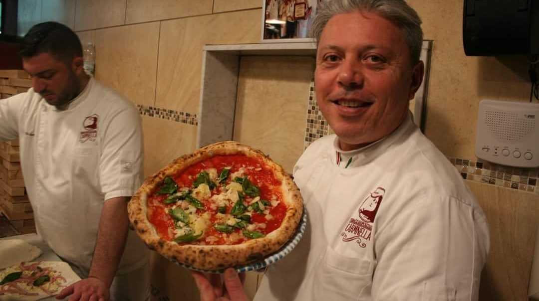 Vincenzo con la pizza Dama