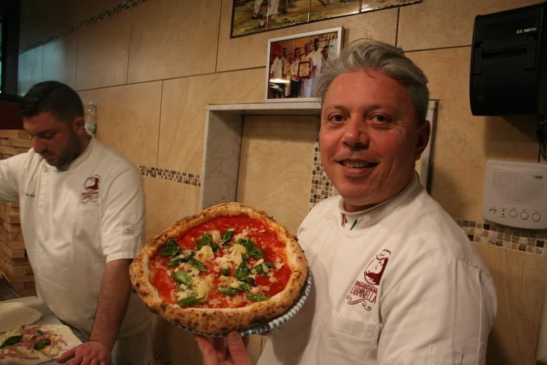 Vincenzo con la pizza Dama